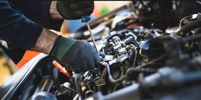 Bagaimana Cara Untuk Membersihkan Kompartemen Mesin Mobil
